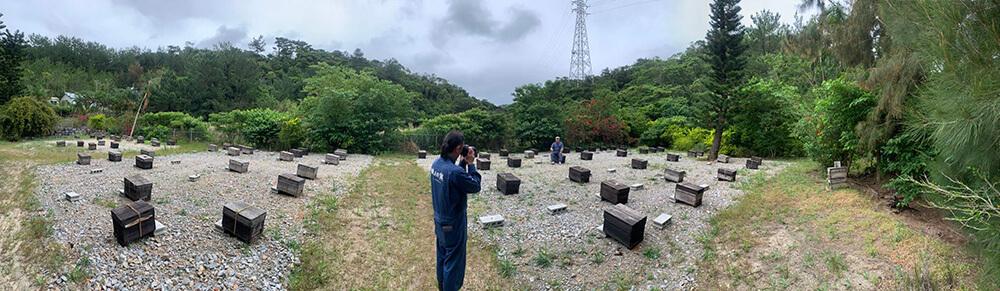 社長を撮影する養蜂部の写真
